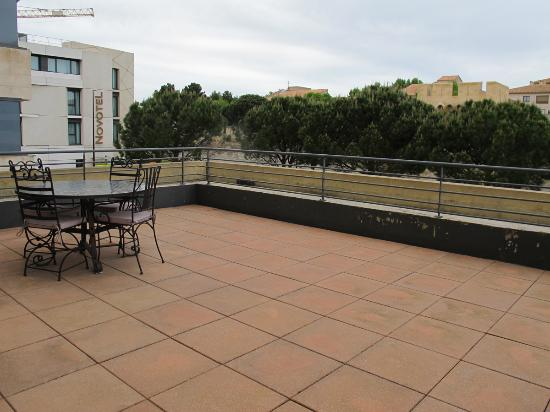 Thames Residence Hotel: Extra spacious patio (#168).