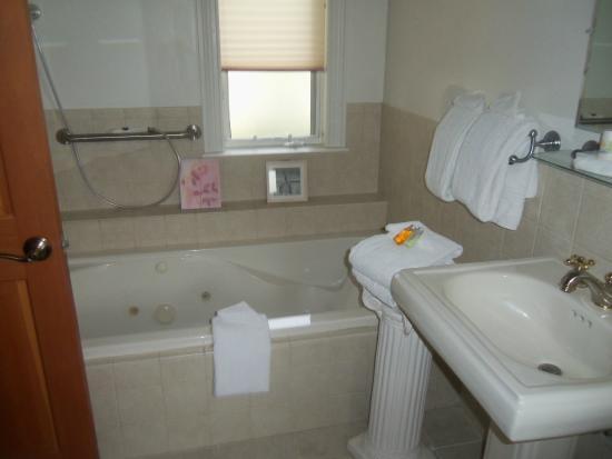 The Lakefront Inn : Jacuzzi tub!
