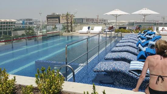 The garden bar pool spacious bedroom suite lounge for Garden pool dubai