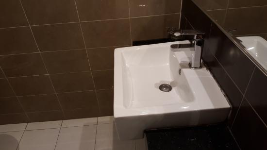 Pergola Hotel: Toilet sink
