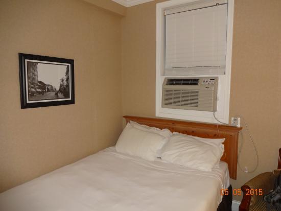 District Hotel Washington: a small room