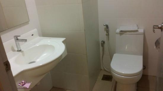 Hotel MinCott: Clean toilet, no stain; no leak