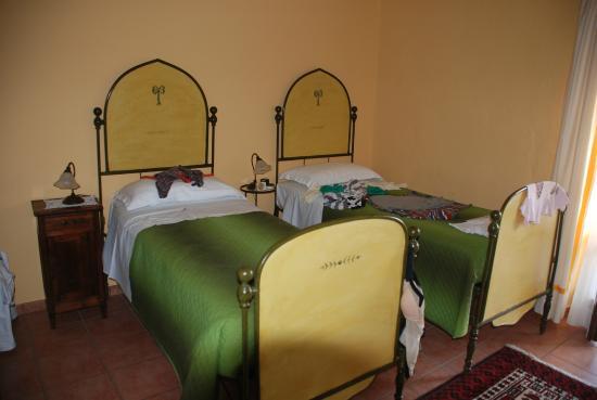 Amalia Cascina in Langa: Stilvoll eingerichtete Zimmer mit herrlichen Betten