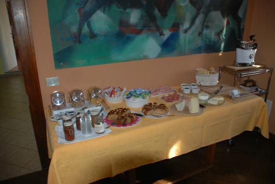 Amalia Cascina in Langa: Sehr üppiges Frühstücksbüffet
