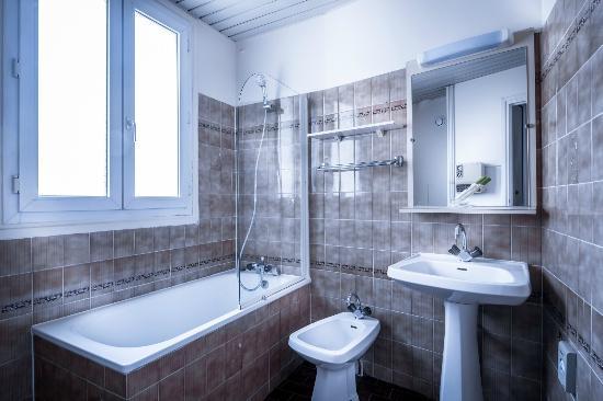 Salle de bain picture of hotel du moulin vert paris for Salle de bain hotel