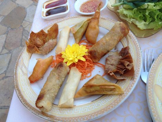 Palais d'Asie: Entree avec le fleur de crhysantheme