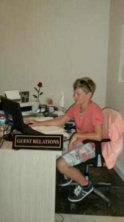 Club Blue Dreams: Mijn zoon op kantoor bij Anne Poole als zijnde haar assistent.