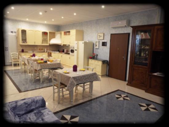 Sala colazione e salotto con TV - Foto di B&B Il Portico, Praticello ...