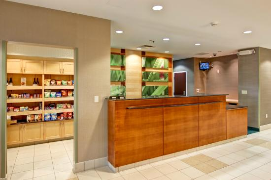 SpringHill Suites Fresno: Lobby - Front Desk and Market