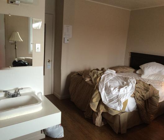 lavabo chambre coucher absent salle de bain avec grand lit photo de le portage motel. Black Bedroom Furniture Sets. Home Design Ideas