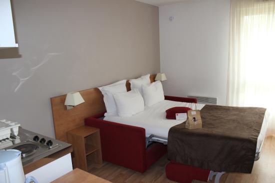 Séjours & Affaires Angers Atrium : La chambre avec le lit canapé