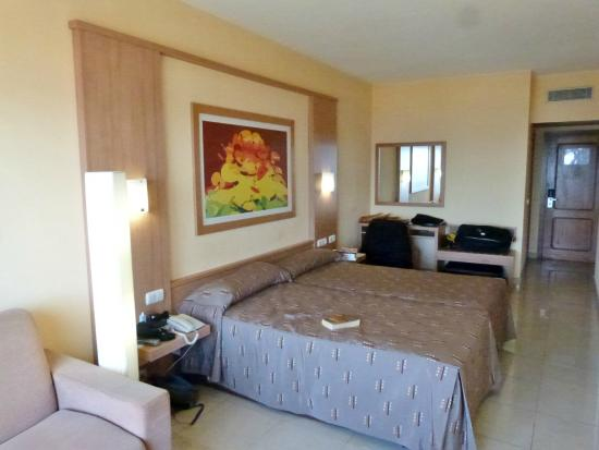 Gloria Palace San Agustín Thalasso & Hotel: Bedroom   plenty of room (if you pardon the pun)