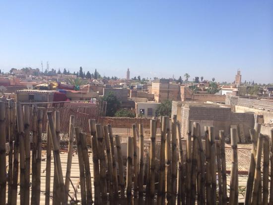 Riad Cherihane: Вид на город с террасы, где можно расслабиться и забыть обо всем на свете.