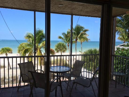 Cornerstone Beach Resort : Utsikt från vardagsrum/kök, poolen är precis nedanför.