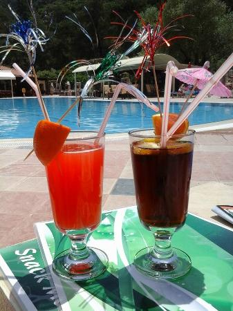 Greenworld Apartments: Cocktails by the pool