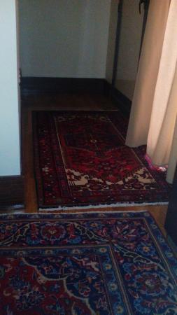 The Strand Hotel : estas alfombras no se han aspirado en meses
