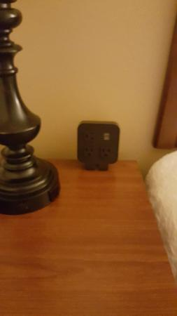 Hampton Inn Lincolnton: Extra outlets at the bedside table