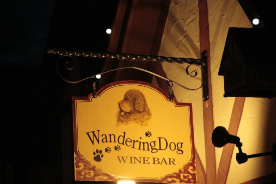 Wandering Dog Wine Bar: Placa na fachada