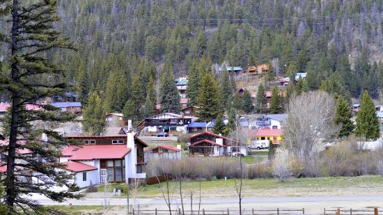Arrowhead Lodge: Our view looking toward the main street through town. There are several fishing ponds between th