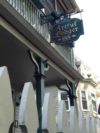 Artful Lodger Inn: Front of inn