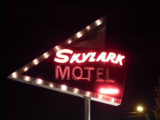 Skylark Resort Motel: Sign by the pool