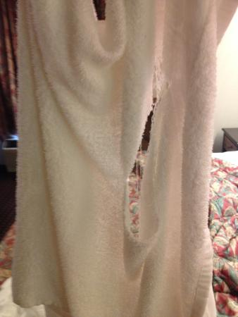 Americas Best Value Inn and Suites Lee's Summit-Kansas City: My towel ripped in my hands it was so old and worn.