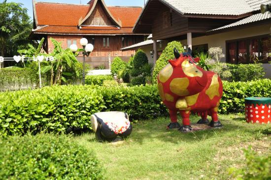 Natural Samui Hotel: Веселые скульптуры