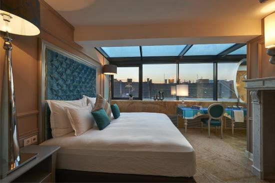 Aria Hotel Budapest by Library Hotel Collection: Classical Music SunRoom with 1 King Bad and City View