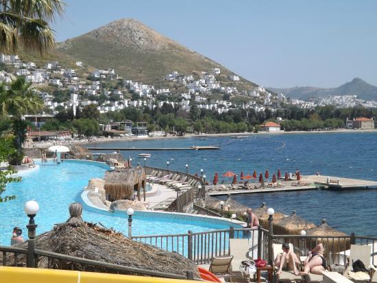 Kadikale Resort : overlooking Infinity Pool
