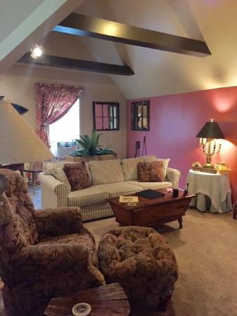 J. Palen House Bed & Breakfast: Miller Suite Living Space (door between this and bathroom/bedroom)