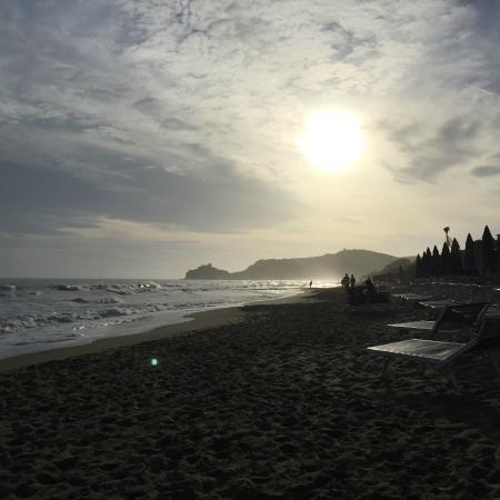 Hotel Residence Roccamare: spiaggia al tramonto