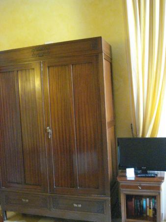 Locanda Il Maestrale: Amoire closet in the room