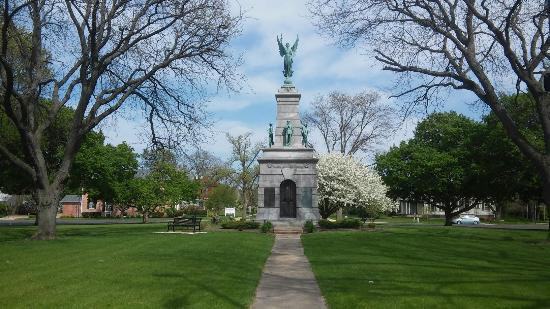 Princeton, IL: Soldiers and Sailors monument