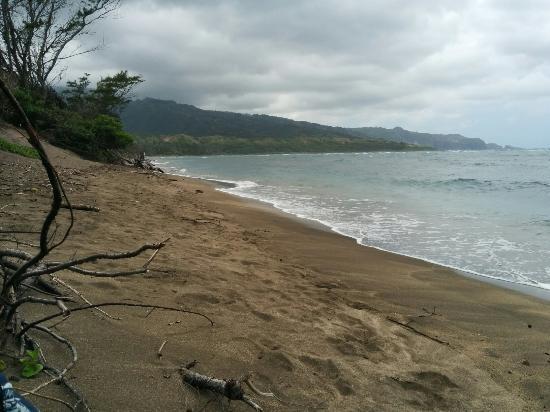 Waihee Beach: Abandoned beach with the delightful roar of the ocean