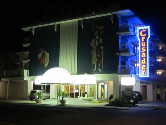 The Crusader Oceanfront Family Resort : Night Time