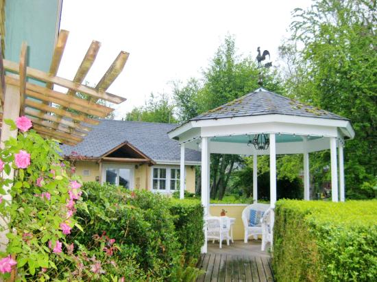 Country Cottage of Langley: Garden gazebo