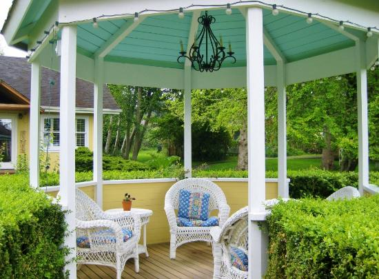 Country Cottage of Langley: Gazebo amid the garden
