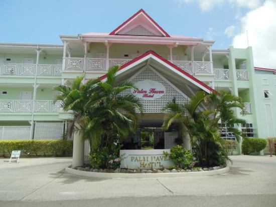 Palm Haven Hotel: Front view of the hotel with lobby in the center