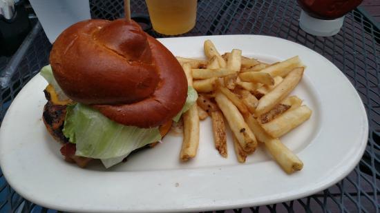 Houlihan's: Bacon cheeseburger