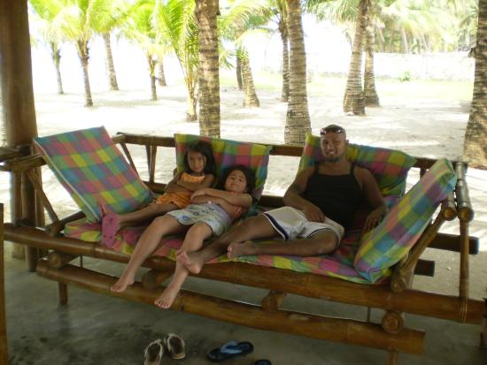 Canonoy Beach Resort: Relaxing with the kids