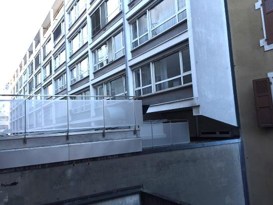 ديزاين هوتل إف 6: 部屋の窓からの風景(隣のアパートでしょうか?)眺めはきたいできません