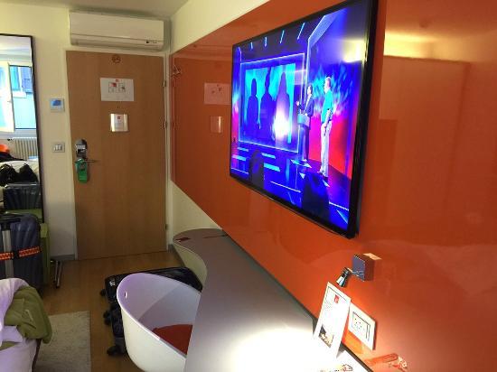 ديزاين هوتل إف 6: 壁掛けの大きいTV