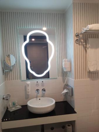 Luci Per Lo Specchio Del Bagno.Lo Specchio Del Bagno Con Originale Illuminazione Picture Of Best