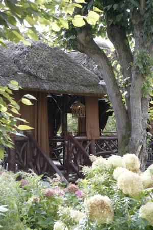 Les paillotes depuis le jardin photo de restaurant les for Restaurant le jardin en ville