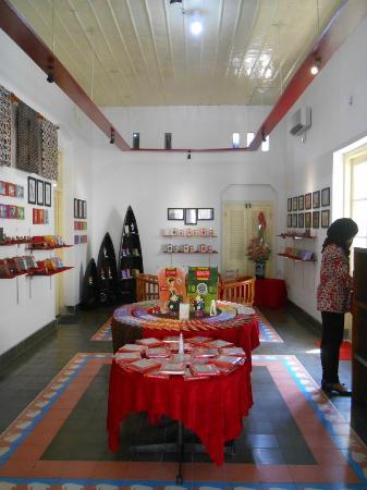 Gerai & Museum Cokelat nDalem: Ruang pajang produksi Cokelat nDalem