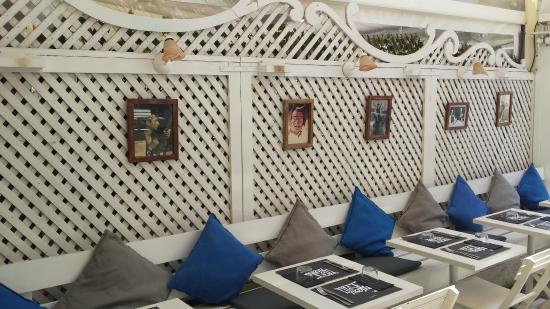 Banquette terrasse couverte - Picture of L'Hostal, Cadaques ...