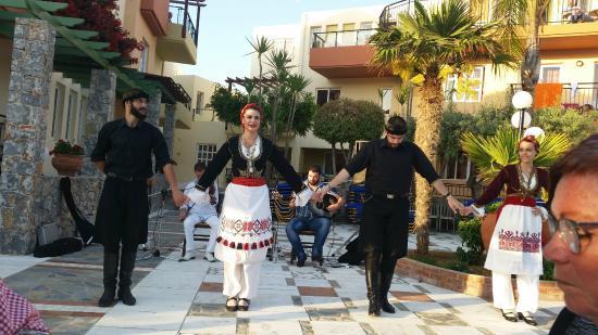 Hotel Stefan Village : Kreatansk dans på hotellet