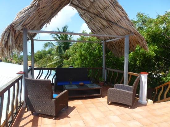 Caribbean Shores Bed & Breakfast: Casual seating up on the roof