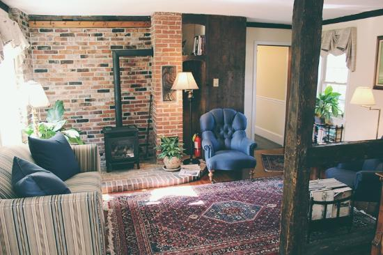 1802 House Bed and Breakfast: Living Room Area