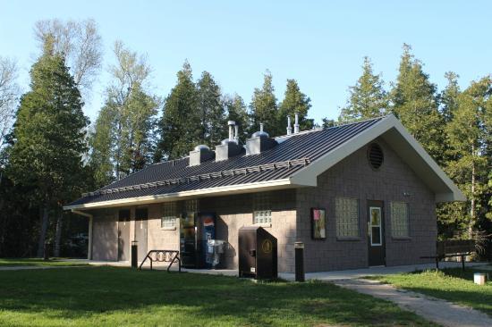 Inverhuron Provincial Park: Modern and clean comfort station.